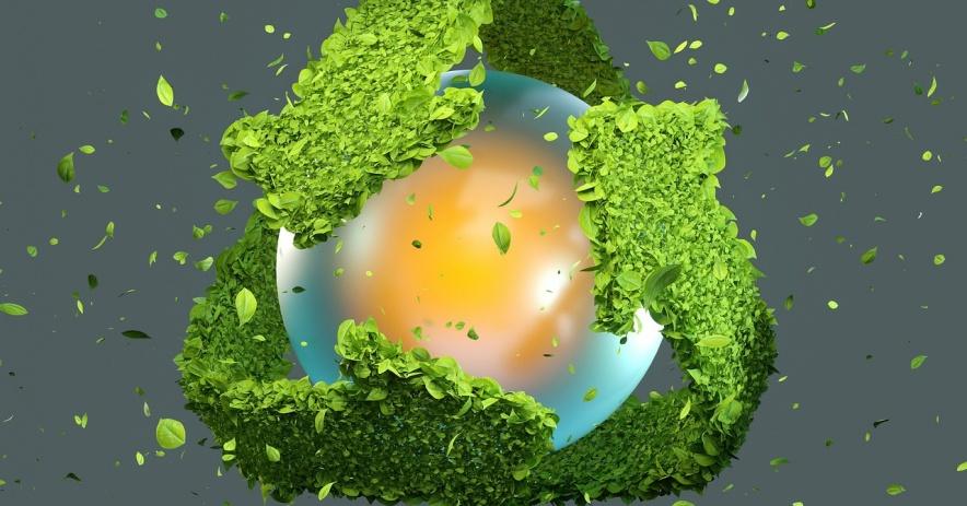 Esfera azul rodeada por tres flechas que forman el símbolo de reciclaje de hojas verdes