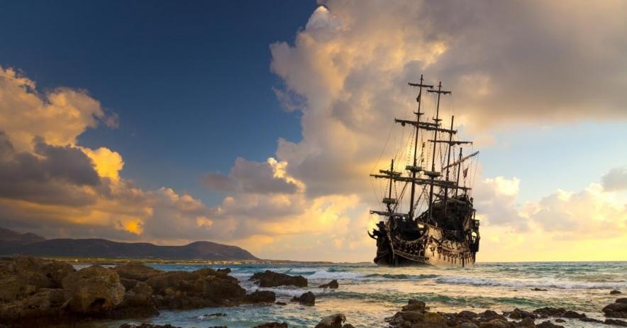 barco anclado cerca de la playa