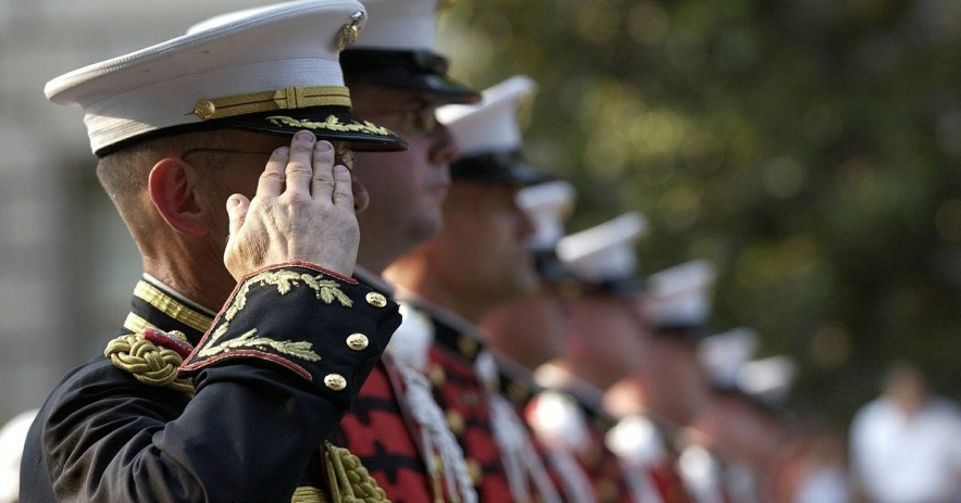 Soldados de pie en posición de firmes en una fila.