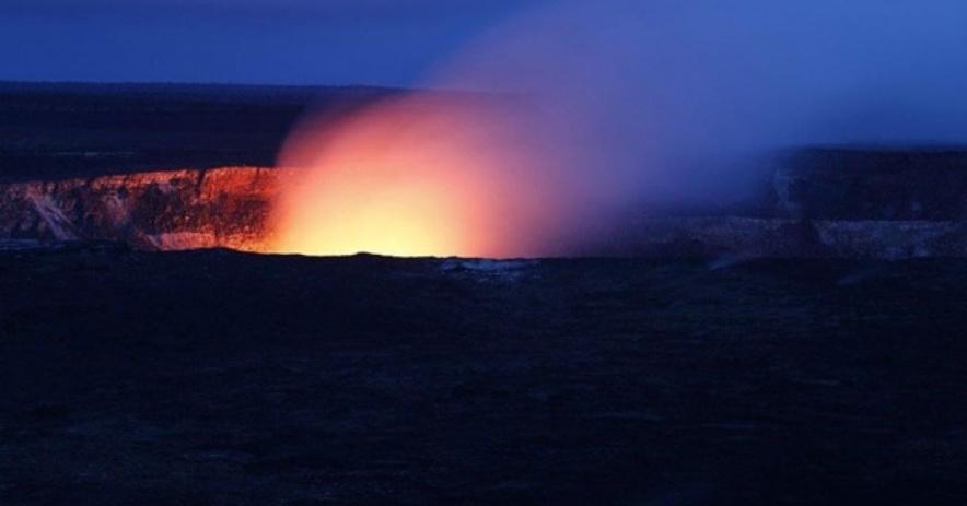 Volcán hawaiano por la noche.