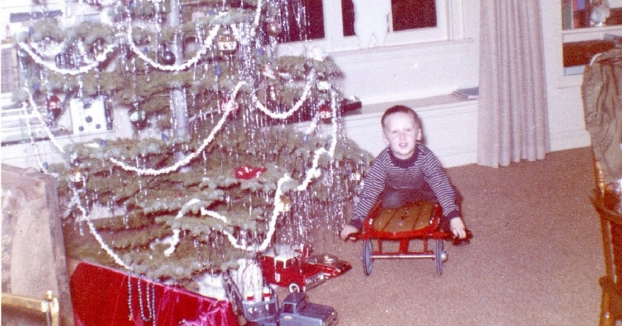 Imagen: Ralph posa en su nuevo Flexy Racer que recibió por Navidad en 1963. Foto de Joyce Pearce.