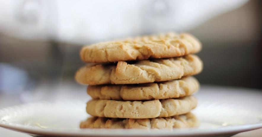 Pila de cinco galletas de azúcar en un plato blanco.