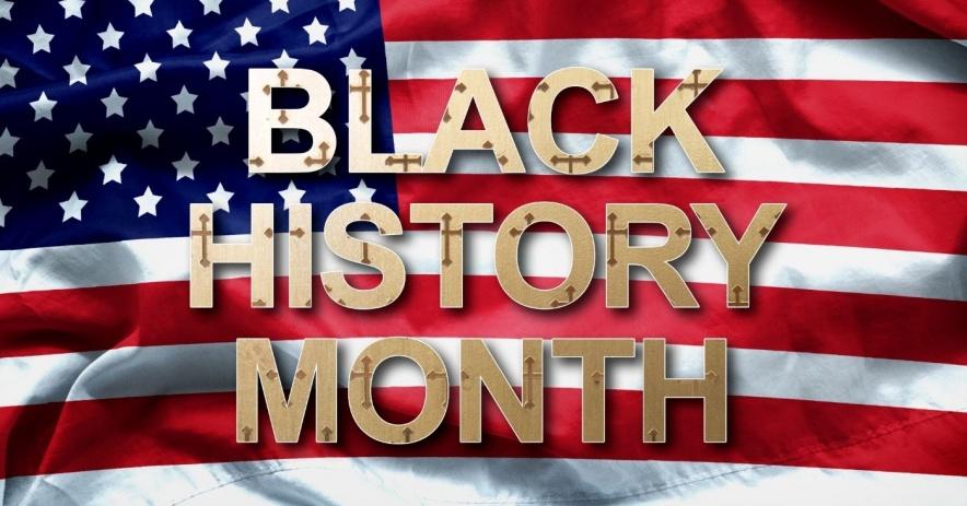 Bandera americana con negro history Mes escrito encima.