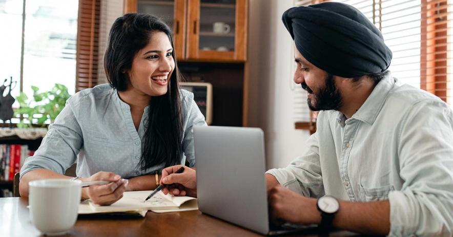 Dos adultos practice sus habilidades de conversación.