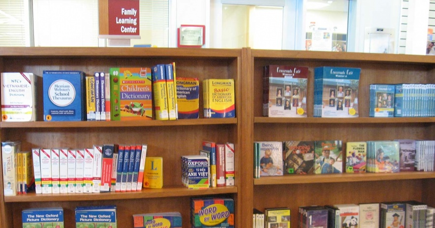 Estantes para libros de la colección FLC con la tapa hacia el exterior.