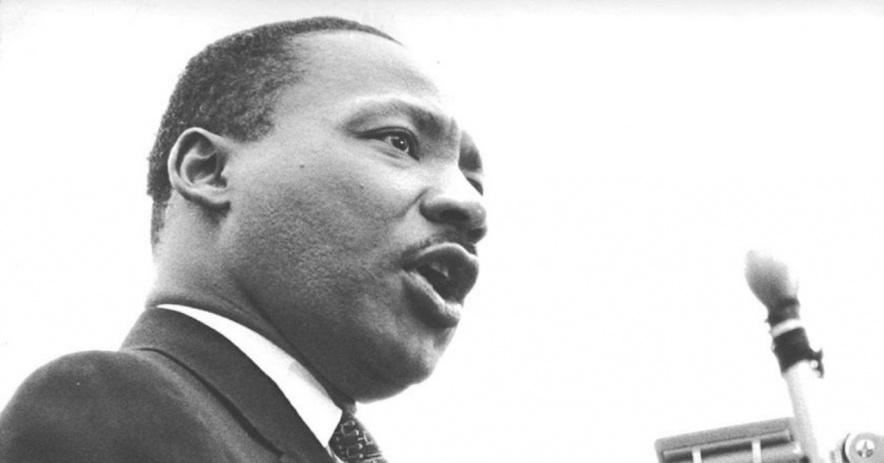 Dr. Martin Luther King, Jr. nói vào micrô.