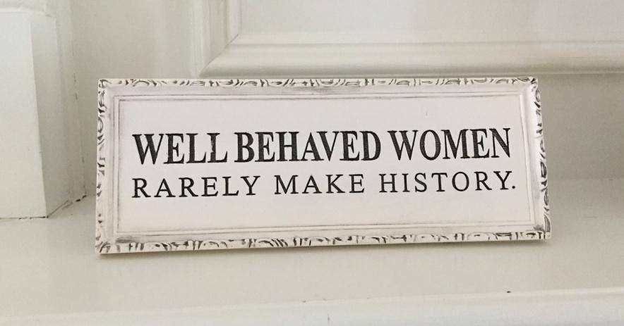 """Plackard con el texto """"Las mujeres bien educadas rara vez hacen sutory"""""""