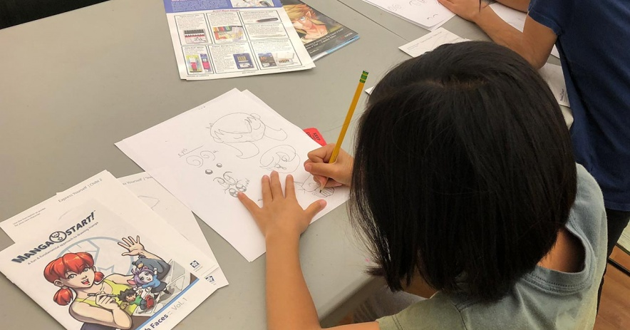 Dos niños aprenden a dibujar cha estilo manga japonésracters en el programa Aprende a dibujar Kawaii Chibis de Tully en 2019.