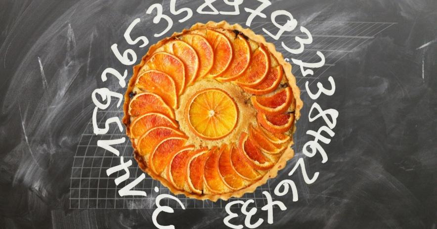 Imagen de una pizarra con los números 3.1415926535897932384626433 escritos alrededor de una imagen de una tarta de naranja.