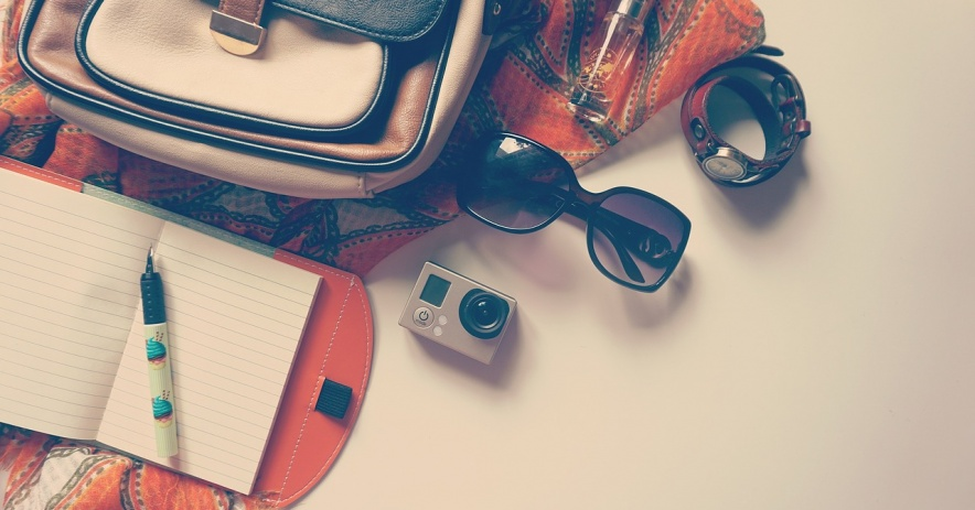 maleta, cuaderno, gafas, camara