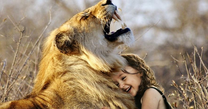 León y niña riendo