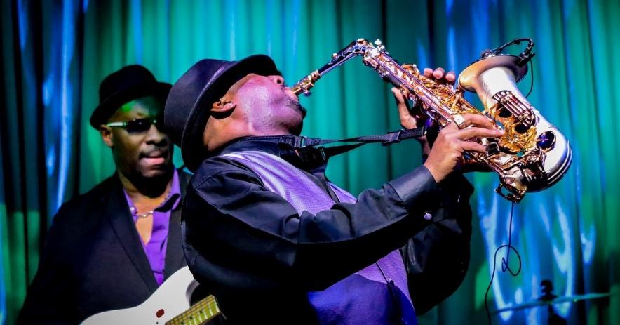 2 músicos con guitarra y saxofón