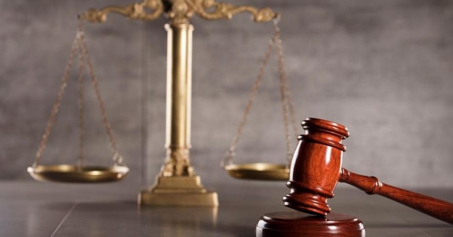Mazo y balanza de justicia
