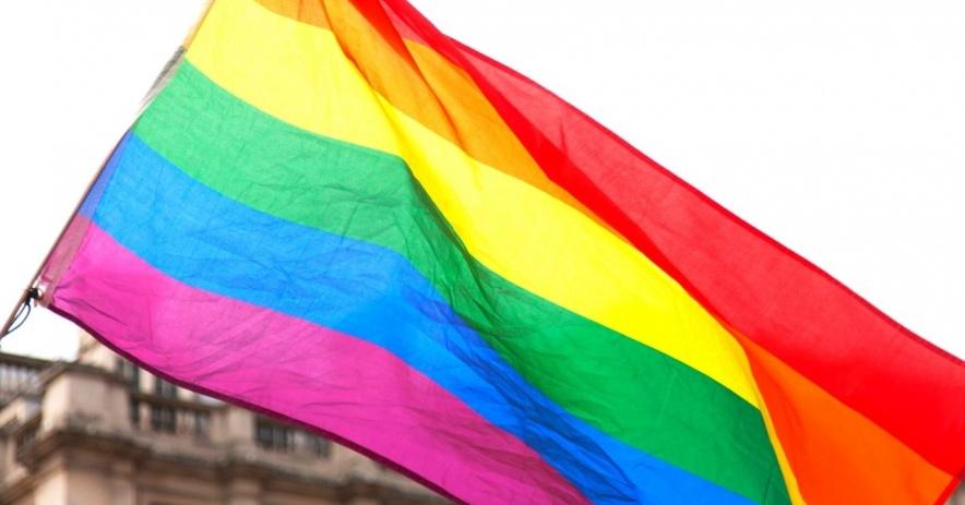 Bandera del orgullo del arco iris ondeando