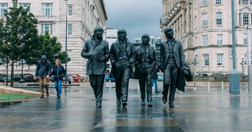 Estatua de los Beatles en Liverpool bajo la lluvia