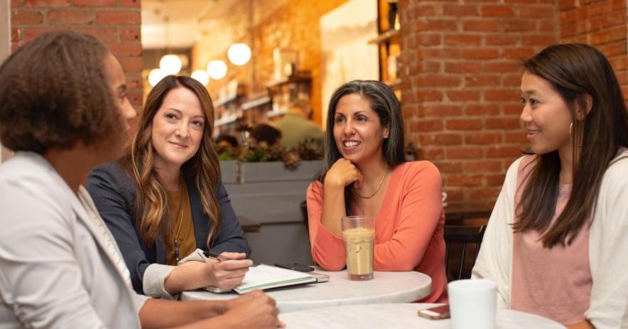 一群不同的女人在一次會議