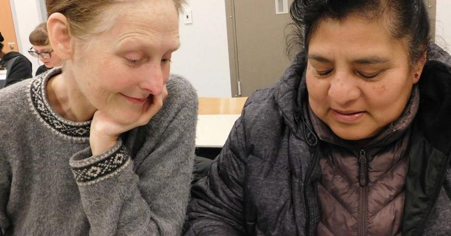 A tutor và người học của cô ấy pracđọc tice.