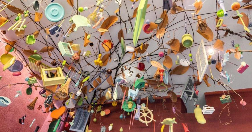 Instalación de arte móvil colorido colgando de West Valley Techo de la sucursal de la biblioteca.