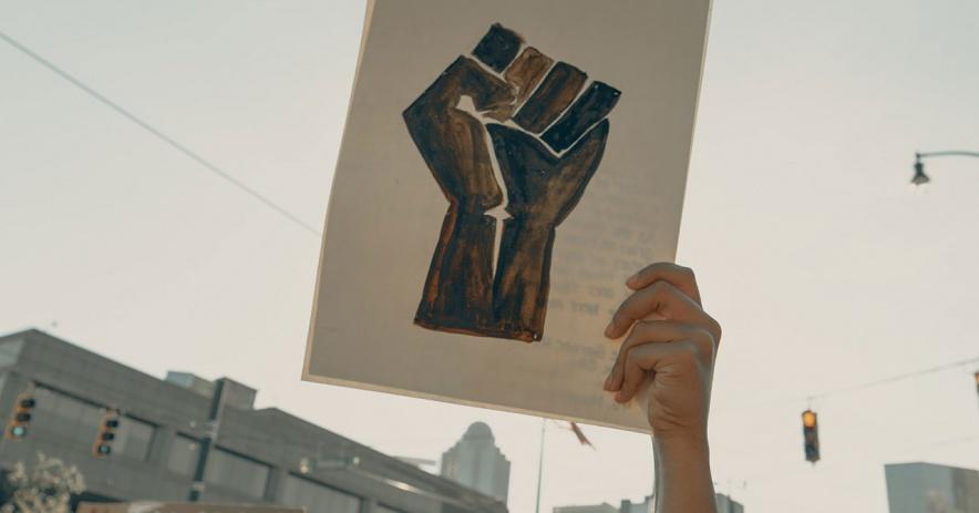 在示威遊行中手舉起舉起拳頭的藝術品。