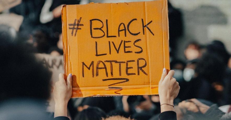 Black Lives Matter 標誌在人群中升起