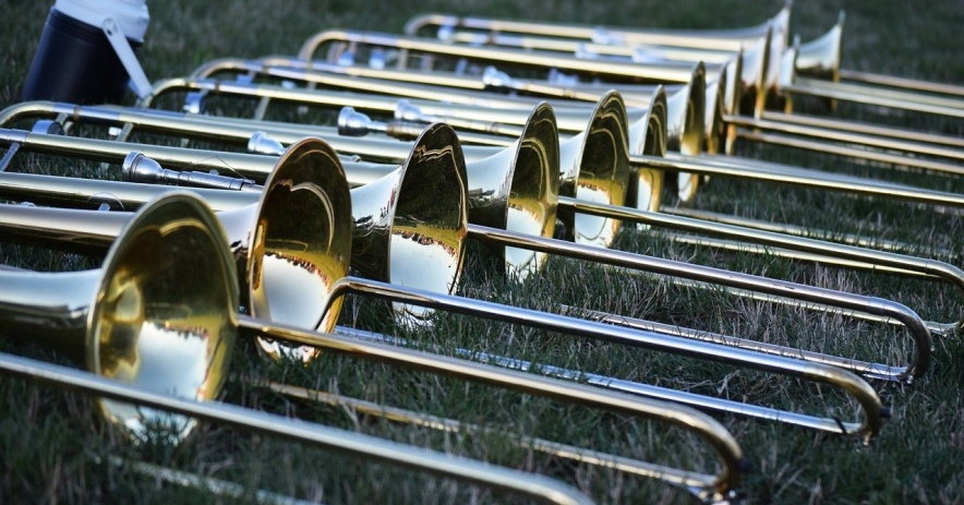 Trombones en el campo de la banda de música.