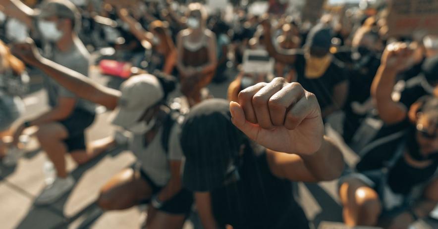 示威人群tor為喬治·弗洛伊德 (George Floyd) 舉起拳頭。