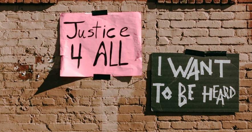 掛在磚牆上的社會正義標誌