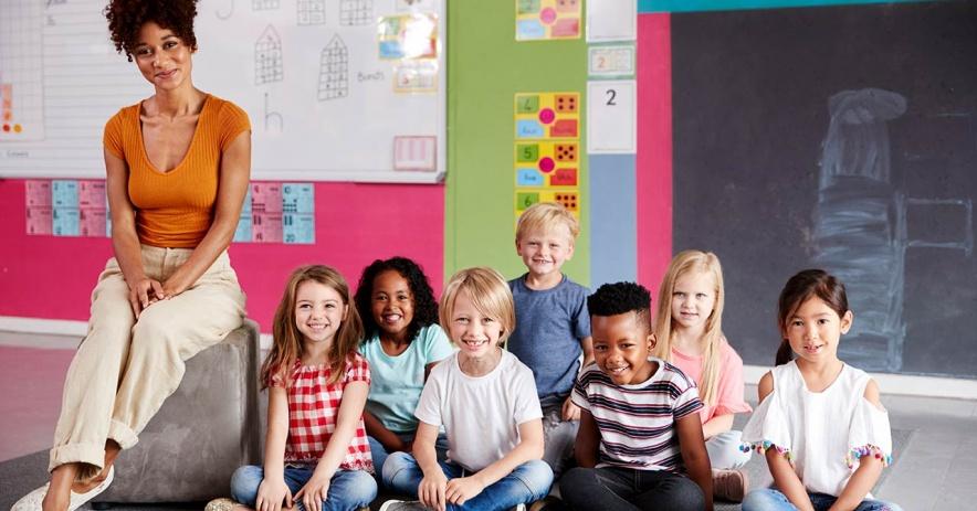 老師和學生坐在地板上