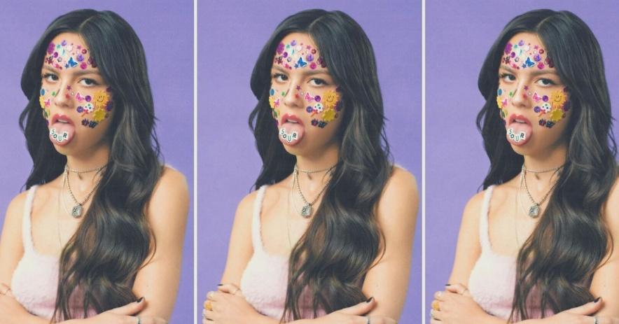 La portada del álbum de Olivia Rodrigo para SOUR donde tiene los brazos cruzados con pegatinas en la cara frente a un fondo morado en un tríptico.