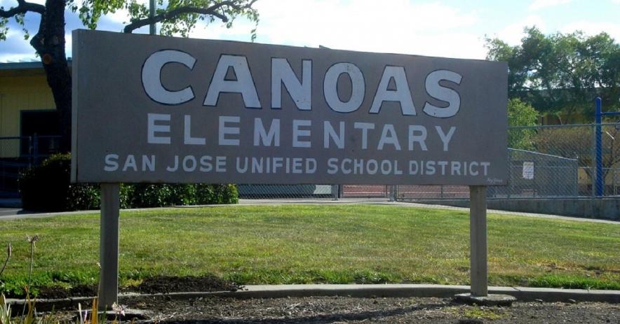 圖片:卡諾阿斯小學原東北入口處的標誌。 拉爾夫·皮爾斯攝