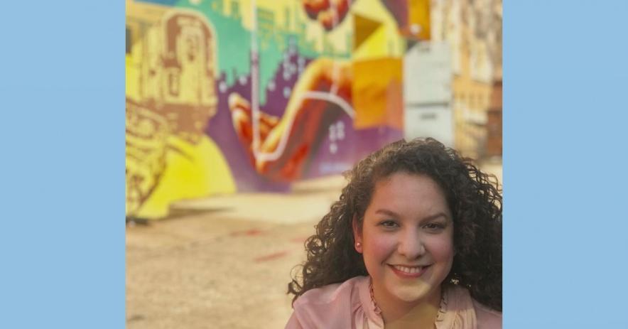Karla Alvarez frente a un centro comunitario en Brooklyn, Nueva York.