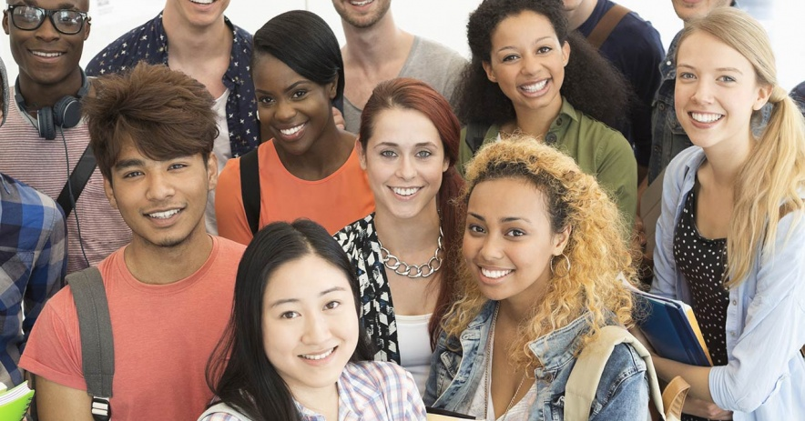 grupo de jóvenes diversos