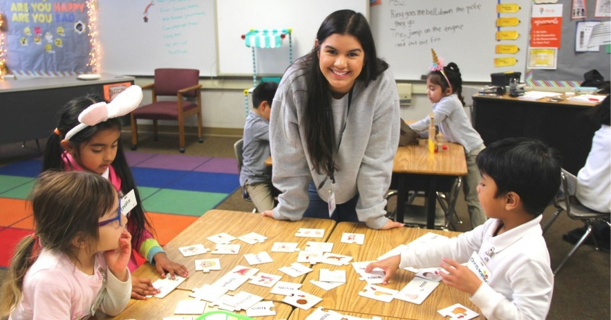 Profesor en clase con alumnos