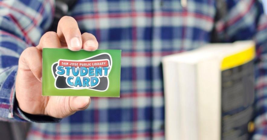 estudiante con tarjeta de biblioteca estudiantil.