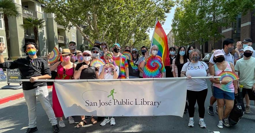 San Jose Public Library personal en un desfile del Mes del Orgullo.