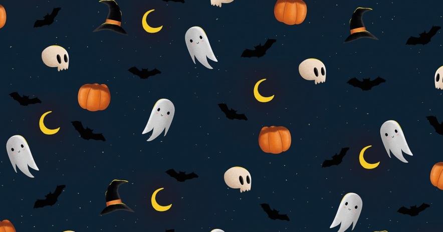 Fantasmas, calabazas, murciélagos, calaveras y lunas vuelan en el cielo nocturno.