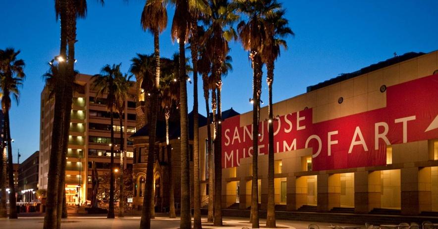 晚上聖何塞藝術博物館外的廣場
