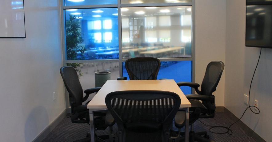 小會議室可在 SJPL Works - 帶四把椅子、白板和moni的桌子tor 在對面的牆上。