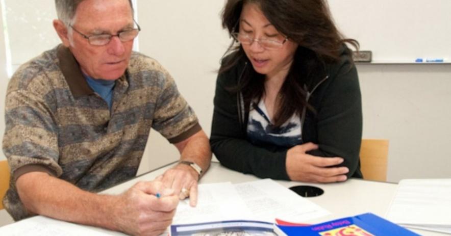 Tutor enseñar a un alumno cómo mejorar su literacy