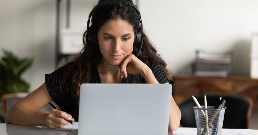 mujeres que usan laptop con auriculares