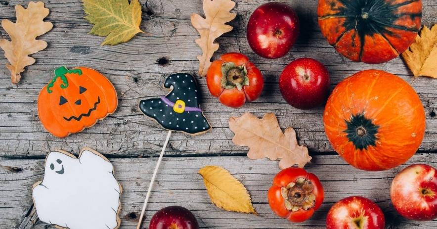 Fondo de acción de gracias: manzanas, calabazas y hojas de otoño sobre fondo de madera
