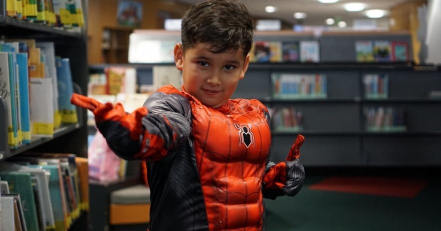 Niño disfrazado de Spiderman en la biblioteca.