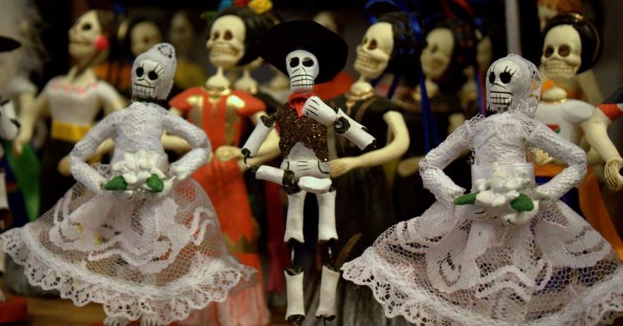 一排排穿著傳統墨西哥服裝的裝飾性骨架小雕像。