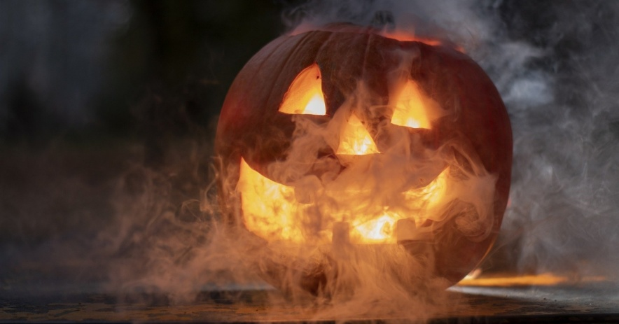 Jack-o-lantern con efecto niebla y fondo oscuro.