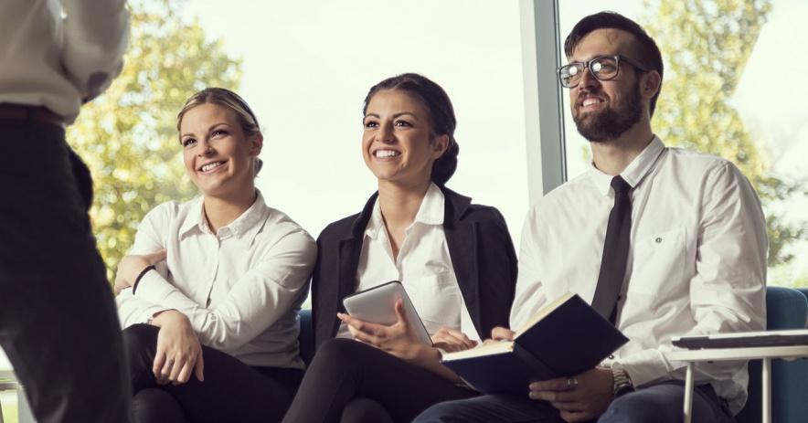 三個就座的求職者。