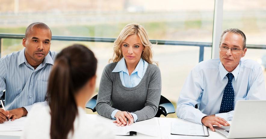 三人面試坐著的求職者。