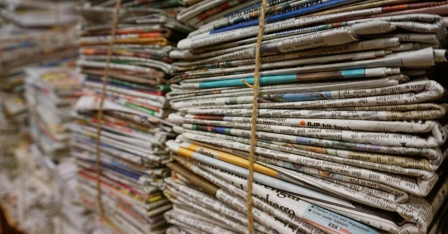 用繩子捆起來的成堆報紙的圖像