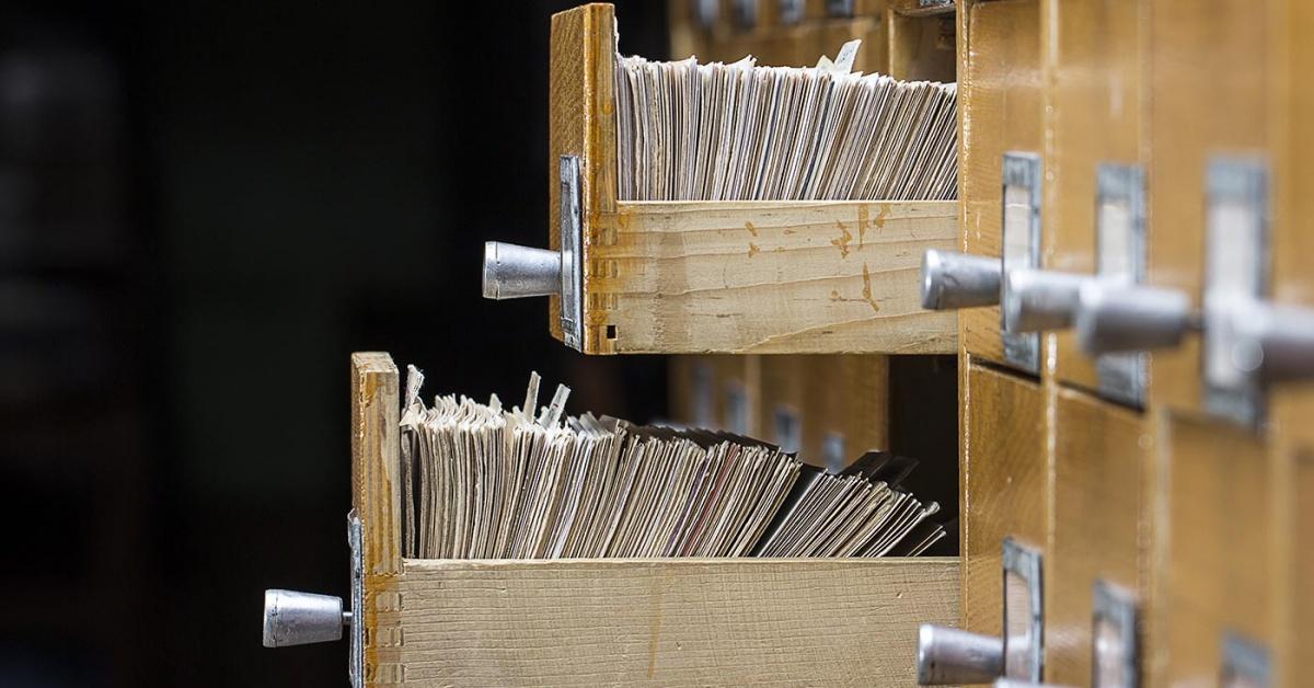 dos cajones abiertos del catálogo de tarjetas