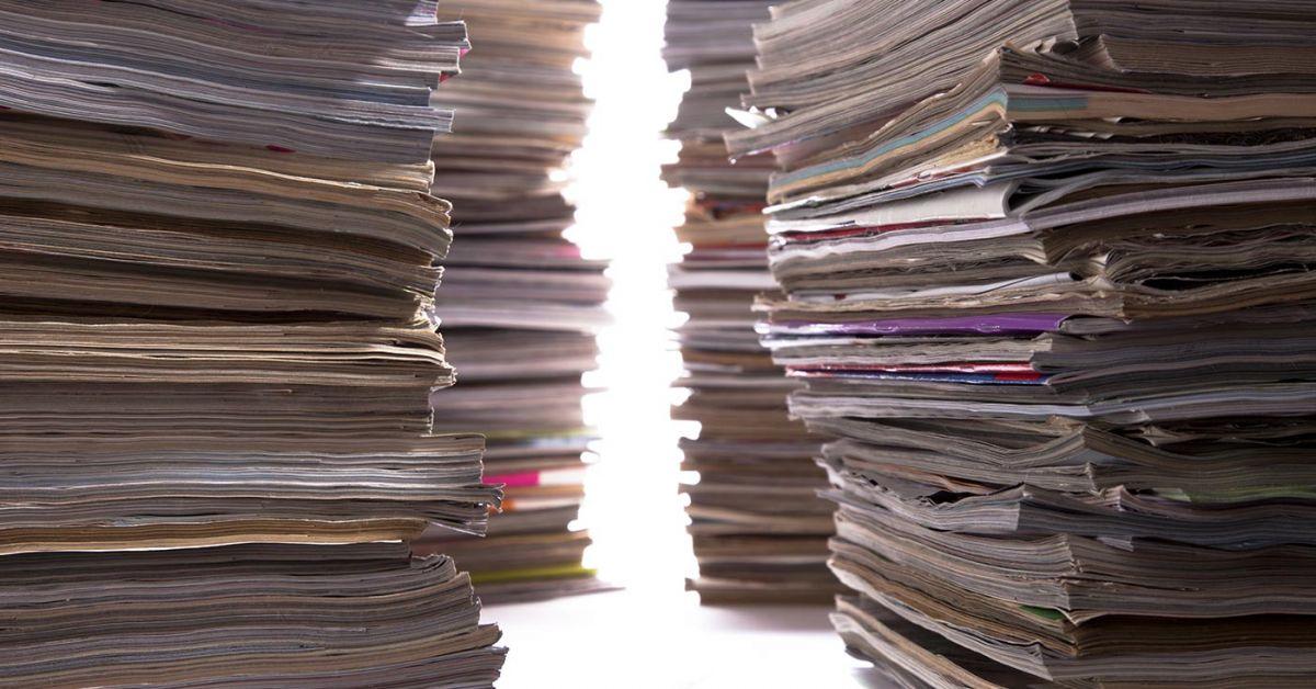 apertura entre cuatro pilas gigantes de revistas