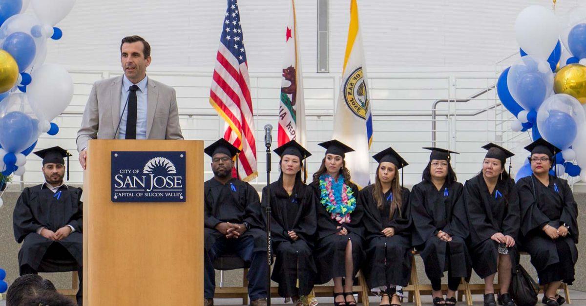 市长山姆·利卡多(Sam Liccardo)和该计划的毕业生